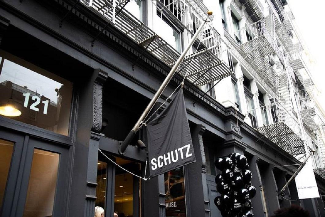 59e5cd0a4 Em maio, a Schutz inaugurou sua terceira loja nos Estados Unidos, uma  pop-up store no bairro Soho em Nova York.